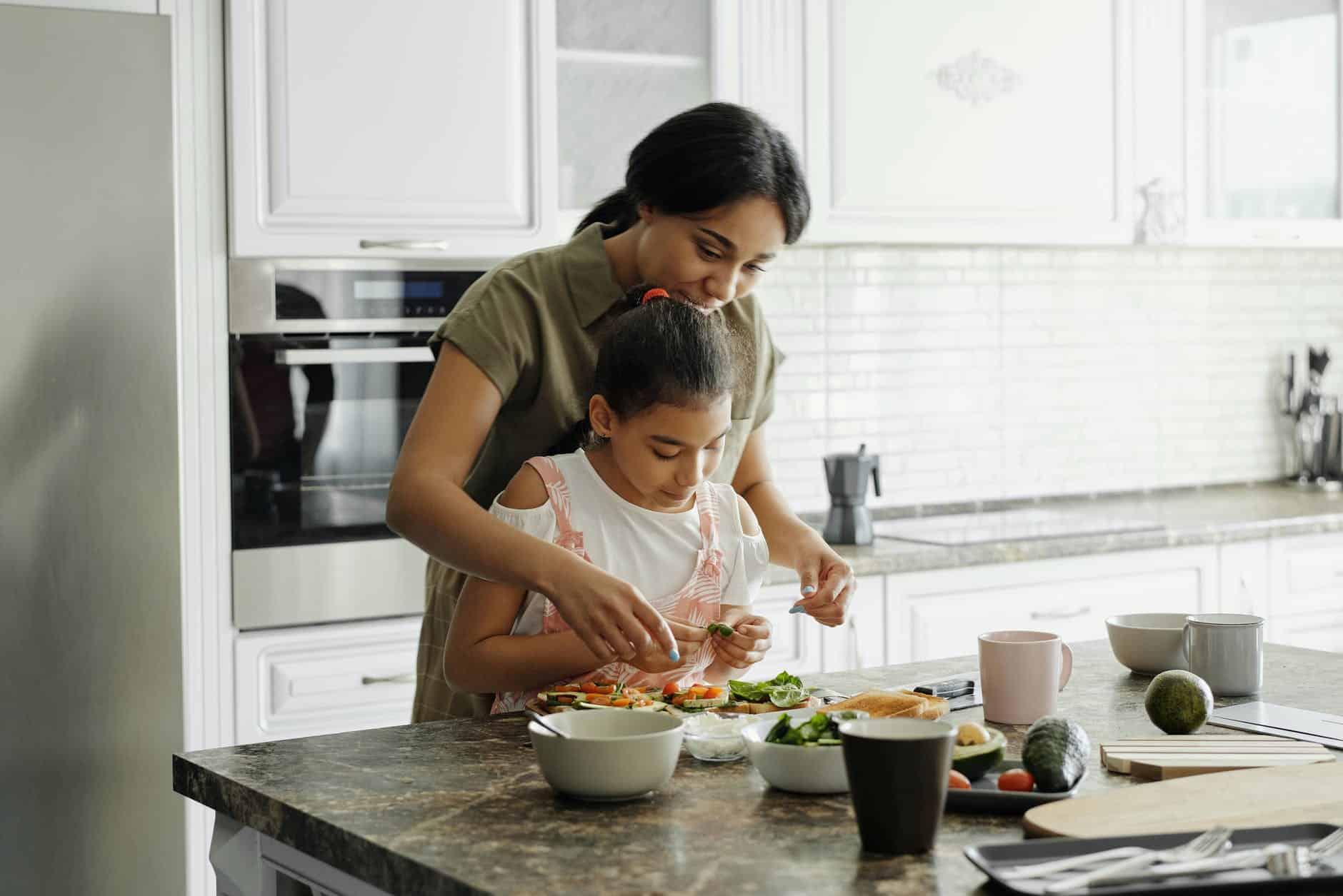 Uma alternativa saudável é a família cozinhar junta (Imagem: August Richelieu)